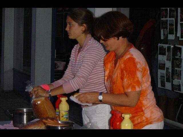 Terwijl 'oma' Lisa en Ria de boterhammen met knakworst klaarmaken.