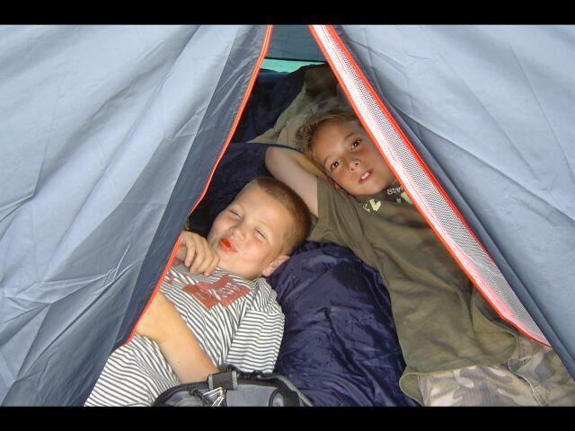 Bart en Jesse zijn na het opzetten van hun tent al moe.