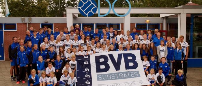 Ter ere van het 65 jarig jubileum en het 25 jarig hoofdsponsorschap van BVB gingen we met zijn allen op de foto.